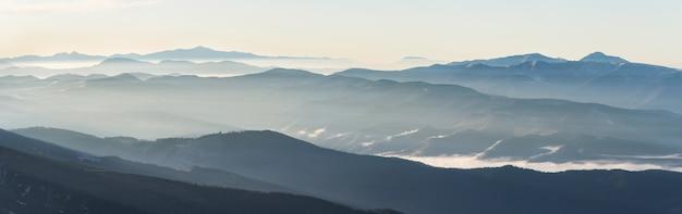 부드러운 빛으로 일출 안개로 산 풍경. 아름다운 자연 개념.