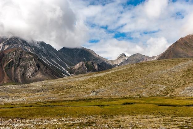 山頂に高い崖と雲のある山の風景