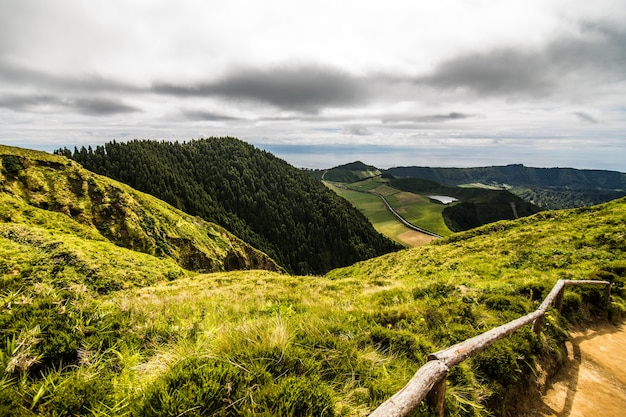 Paesaggio di montagna con sentiero escursionistico e vista di splendidi laghi ponta delgada, isola sao miguel, azzorre, portogallo.