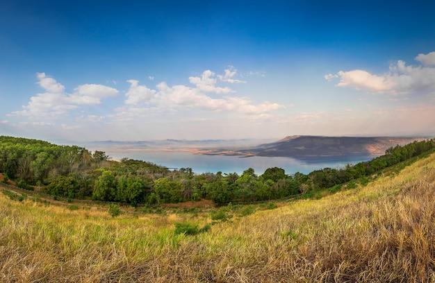 青い空を背景に川と山の風景