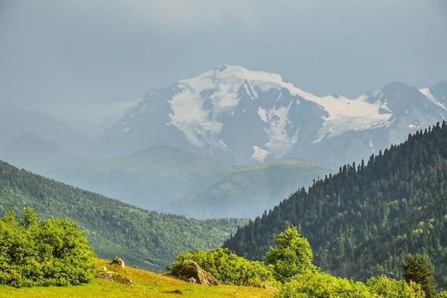 벽에 눈 덮힌 산들과 산 풍경