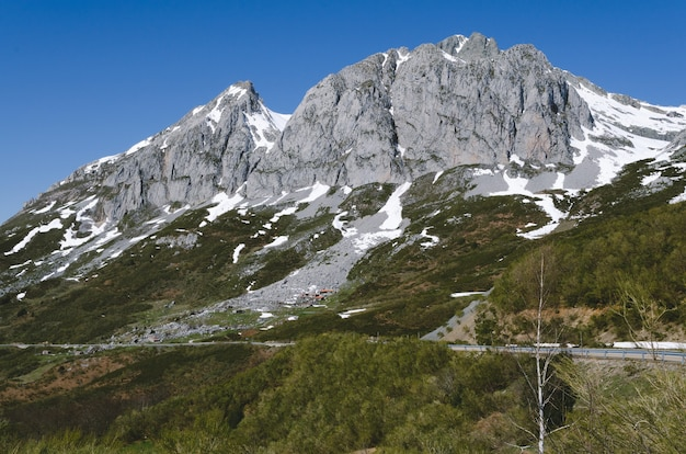 눈 덮인 산들과 산 풍경입니다. 레온, 산 이시 드로 아스투리아스 항구. 스페인.