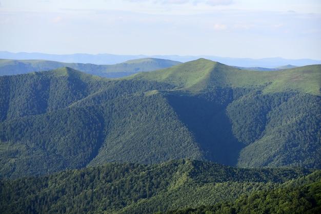 山の風景。素晴らしい春。芝生のフィールドとなだらかな丘。田園風景。
