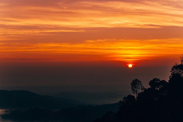 Горный туман в восходе солнца
