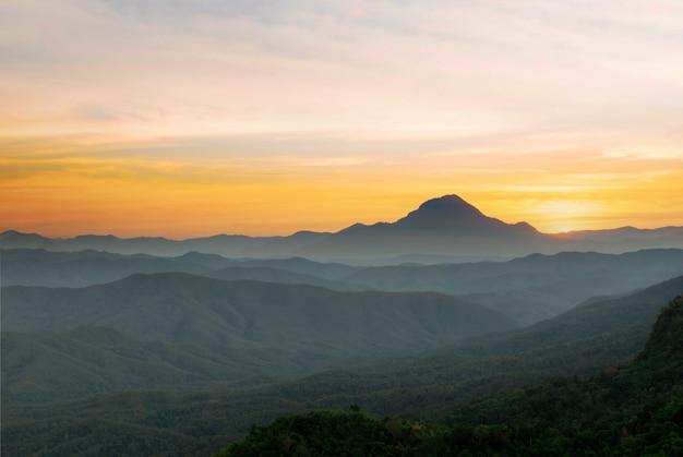 山の自然と太陽の光の夜