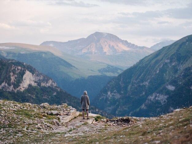 山の自然の雲は自由の風景を旅します