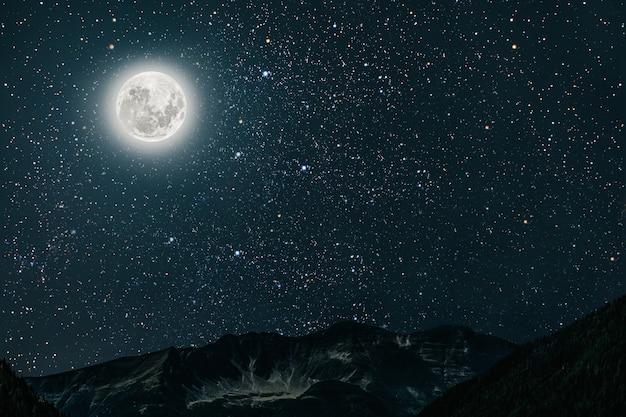 Горное ночное небо со звездами, луной и облаками