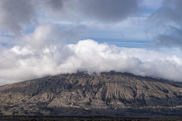 Гора национального парка снафедльсйокюдль с белой облачной шапкой на пике исландии