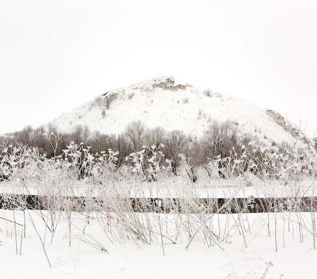 氷の川の山。ロシアの冬の風景。