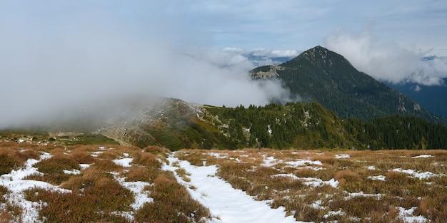 山のパノラマ。最初の降雪。山の小道。曇りの日。マラムレシュアレイ、カルパティア山脈、ウクライナ、ヨーロッパ