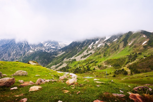 Passeggiata in montagna in pirenei. port de la bonaigua