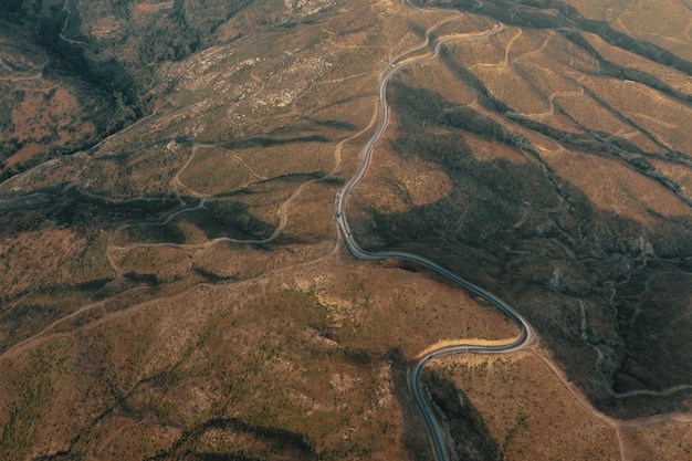 Paesaggio panoramico della strada del sentiero di montagna