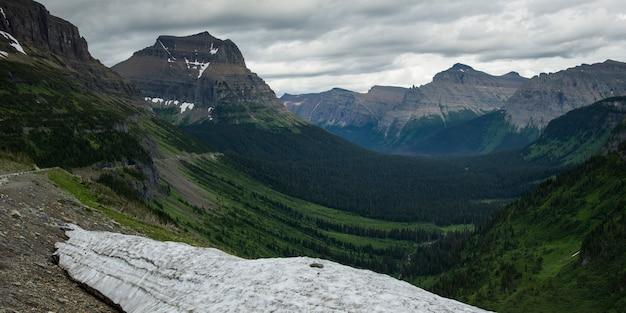 曇り空に対する山頂、going-to-the-sun道路、氷河国立公園、氷河郡、モン