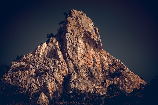 어두운 일몰 하늘에 대한 산봉우리 극적이고 그림 같은 장면 빈티지 토닝 효과 거대한