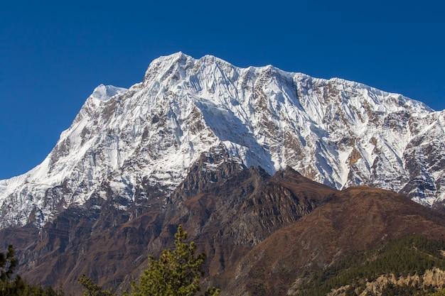 산 정상, 안나푸르나 지역, 네팔. 산에서 일출입니다. 히말라야 산의 아름다운 풍경