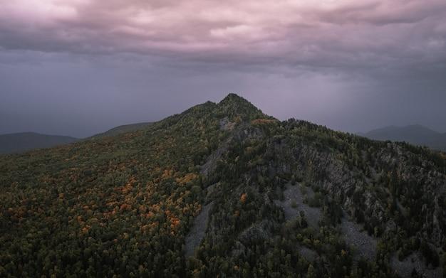 Пик горы красивое фиолетовое небо на заднем плане