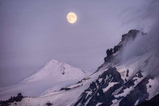 Пейзаж горы на вершине горы красивая полная луна над спокойной природой