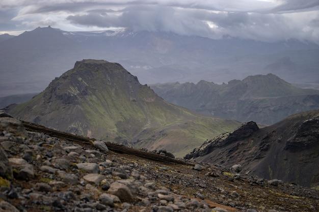 Вершина горы с облаками на пешеходной тропе лаугавегур недалеко от торсморка