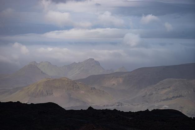 Пик горы с облаками на пешеходной тропе лейгавегур недалеко от торсморка.