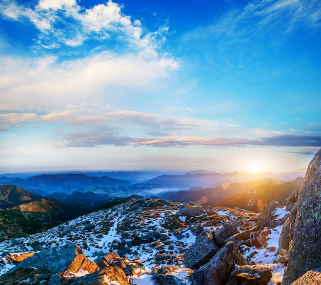 雪に覆われた山頂