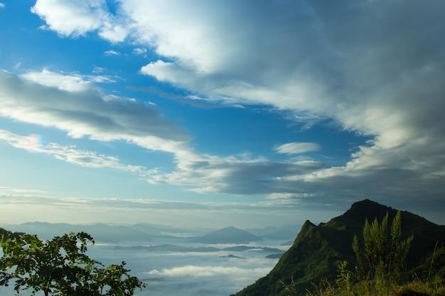 タイの朝の山ファタンの日の出と霧。