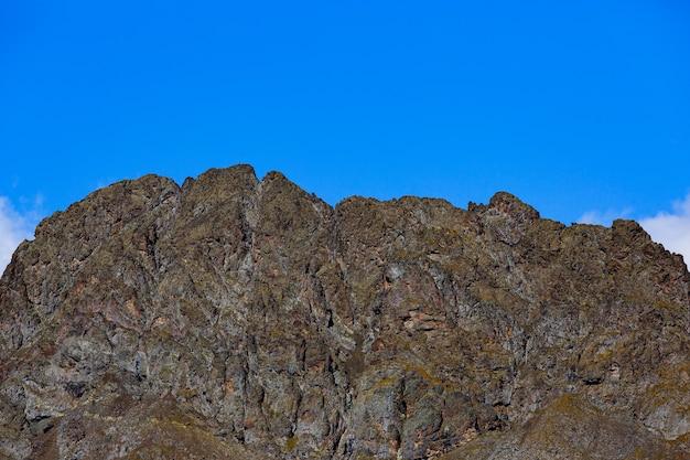 青い空を背景にした山脈。北コーカサス。