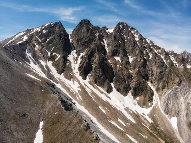 푸른 하늘 눈에 대한 산맥은 그 꼭대기에 놀라운 높이의 야생 자연이 놓여 있습니다.