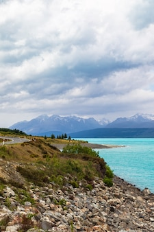 뉴질랜드 남섬의 푸 카키 호수 기슭에있는 산맥