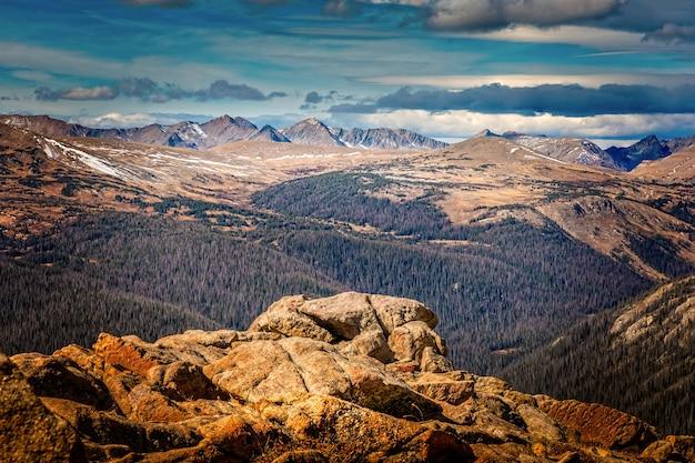 Вид на горный хребет скалистых гор с высоты лесного каньона в национальном парке скалистых гор в колорадо
