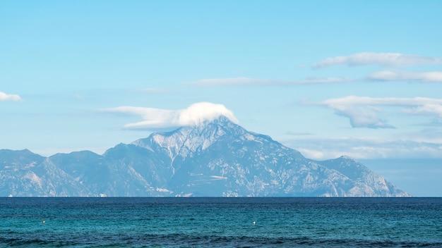 ギリシャの前景にあるエーゲ海と遠くに雲に達する山