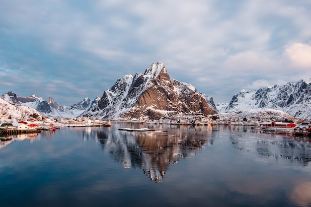 ノルウェー、ロフォーテン島、レーヌのノルウェー漁村と北極海の山の反射