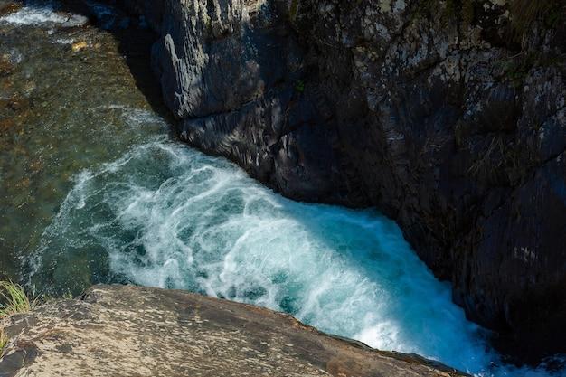 トゥシェティの岩の間の山川は、ジョージアを横断します。コーカサス