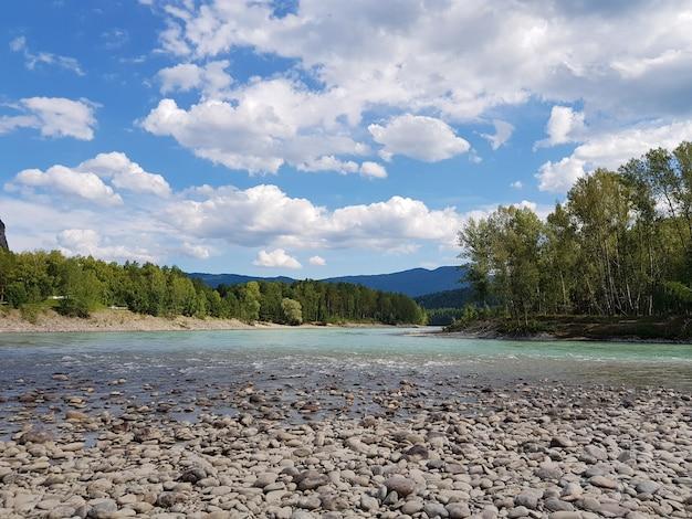 Горная река в бескрайних горах горного алтая река катун