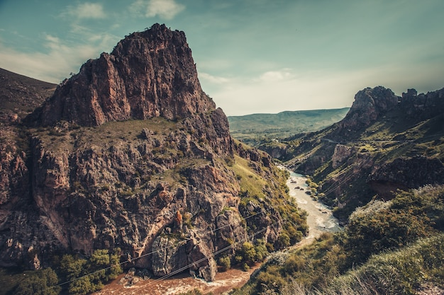 협곡 계곡에서 산 강 스트림입니다. 파노라마 자연 풍경입니다. 여행 배경입니다. 휴일, 하이킹, 스포츠, 레크리에이션. 레트로 빈티지 토닝 효과입니다.