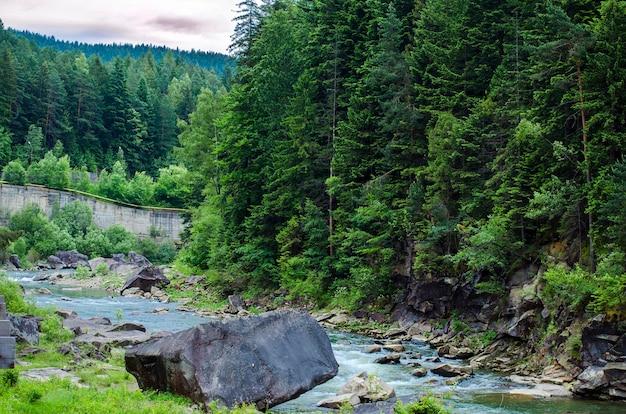 夏に滝のある岩が急流の山川