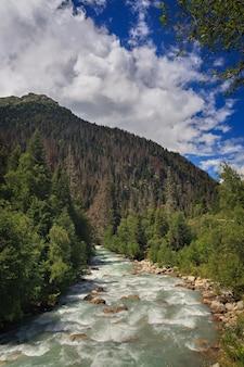 コーカサス山脈を流れる急流の山岳河川