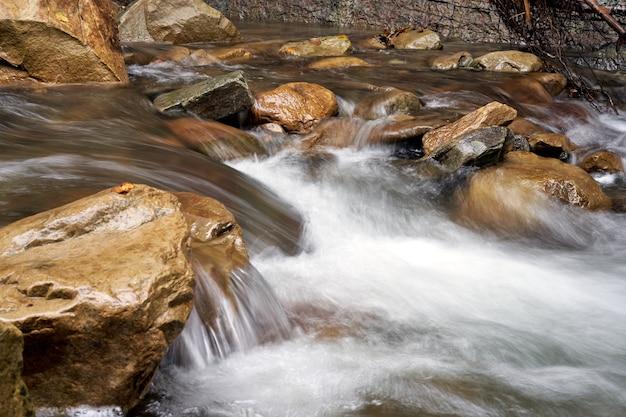ぼやけた水と山川がクローズアップ長時間露光