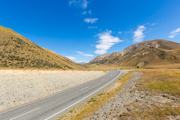 The mountain road in arthur's pass national park, new zealand