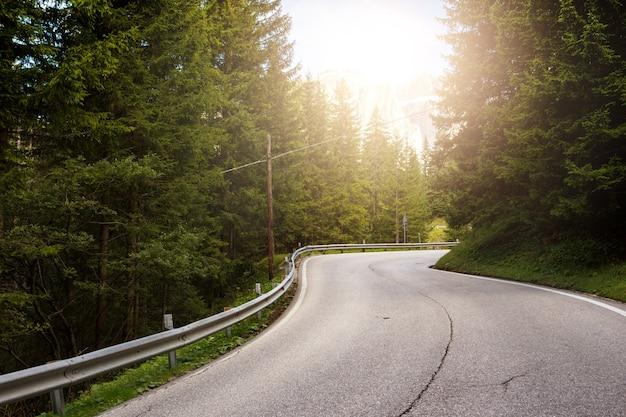 イタリア、ドロミテの山々の山道