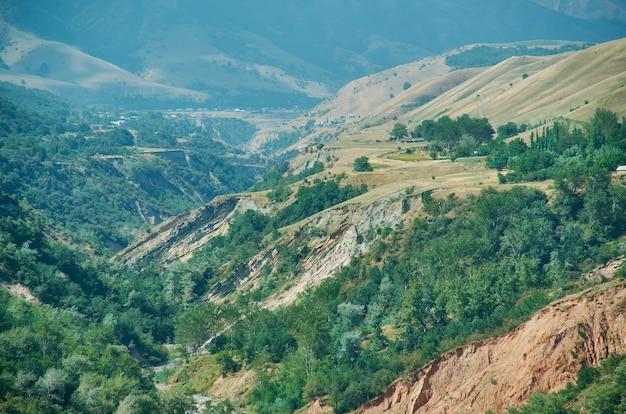 キルギスタン西部のジャララバード地域の山岳道路地区。