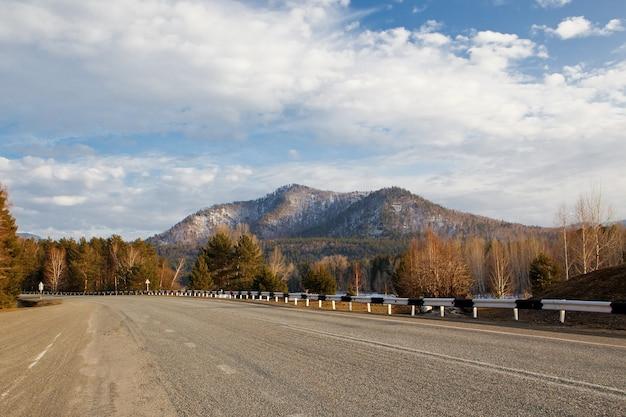 광야 지역으로 가는 산악 도로 고속도로