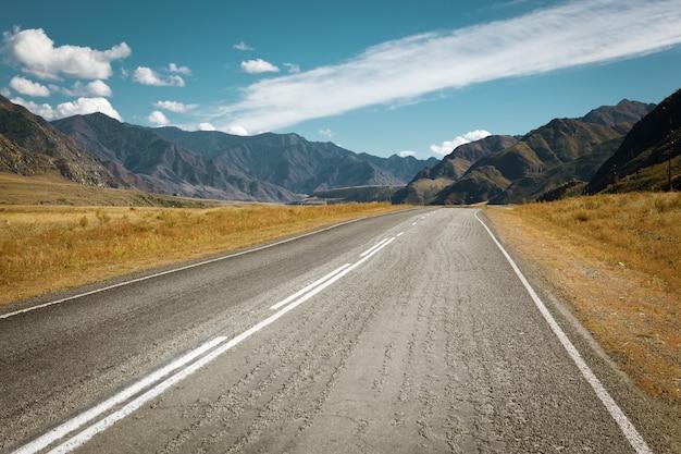 Горная дорога шоссе в красивой природе