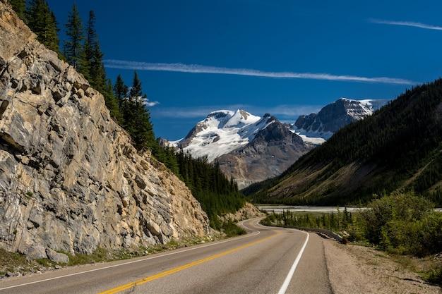 캐나다의 산악 도로. 캐나다 산, 구름.