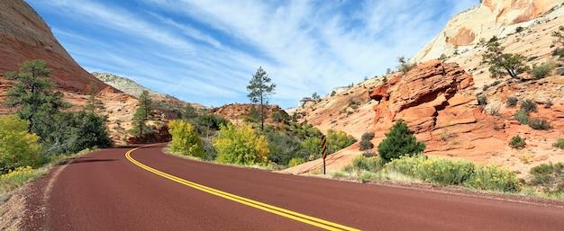 秋のザイオン国立公園の山道