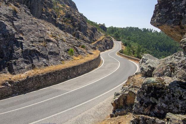 Горная дорога. пейзаж со скалами и красивой асфальтовой дорогой летом