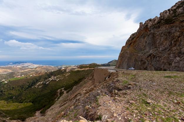 Горная дорога. пейзаж с камнями, шоссе в горах. транспорт