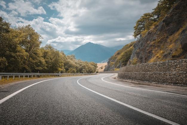 산악 도로. 도로 곡선. 여행