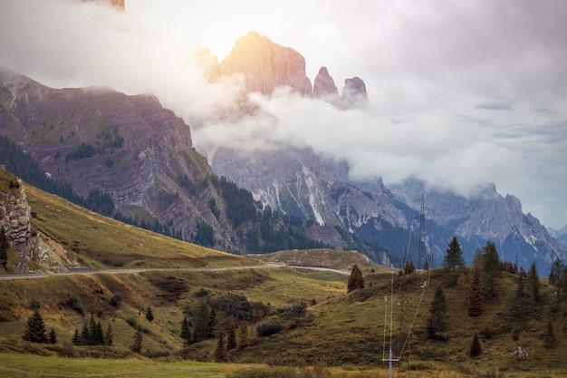 山道-イタリア、ドロミテの山々の蛇紋石
