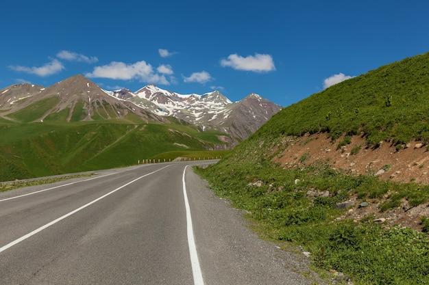 峠、カズベギ、グルジア軍道を通る山道
