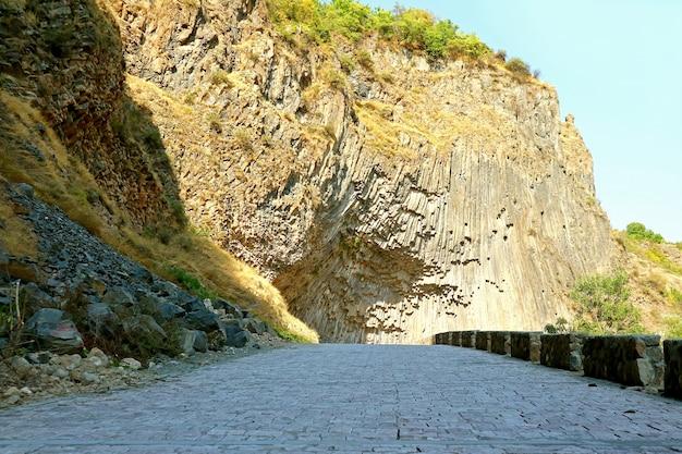 Горная дорога к симфонии камней базальтовая колонна вдоль ущелья гарни армения